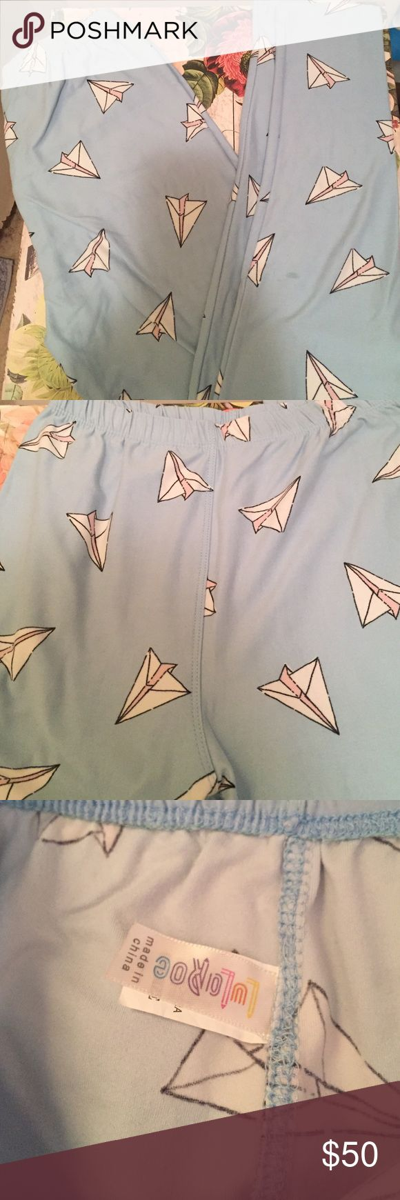 LulaRoe OS paper airplane leggings EUC, made in China, work and washed maybe twice? For sure once! Super soft! Crotch shot in last picture. Super soft! Vintage pair due to elastic waistband! Fun print! LuLaRoe Pants Leggings