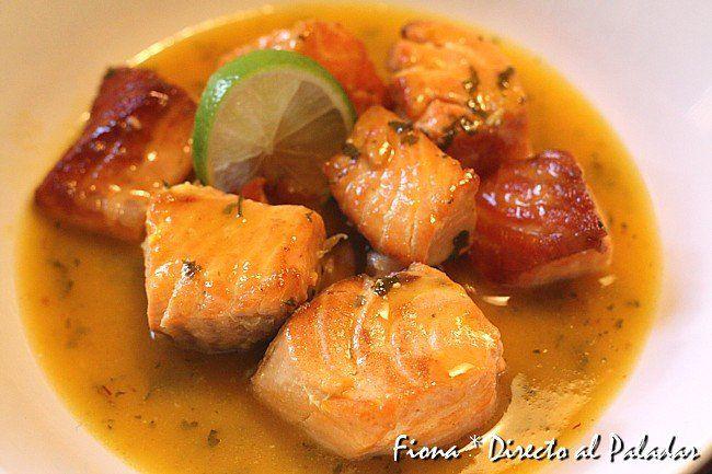Salmón con salsa de naranja y lima. Receta paso a paso con fotos de los ingredientes y de la elaboración. Trucos y consejos de elaboración. Recetas de pescad...