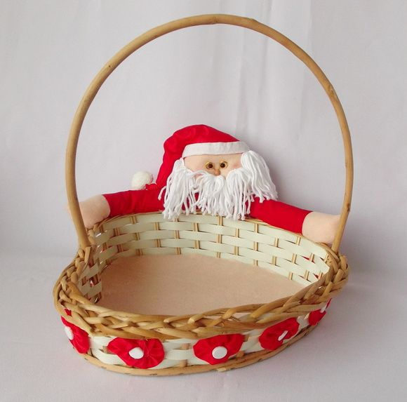 Cesta de natal decorada para períodos de troca de presentes e homenagens. Uma opção para agradar amigos, colegas de trabalho ou familiares é uma cesta de Natal. É um presente formal e ao mesmo tempo carinhoso.