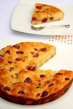 Fondant allégé aux cerises et chocolat blanc, sans sucre ni beurre !  Un gâteau peu calorique pour se faire plaisir sans culpabiliser avant l'été ;)