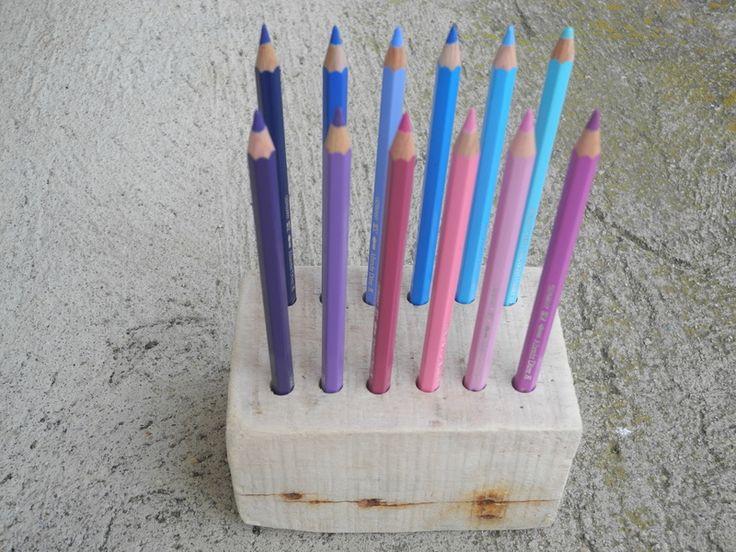 --ARCO IRIS--  Farbstifthalter aus Treibholz    Diesen Treibholzkubus haben wir zu einem Farbstifthalter umfunktioniert. Es passen 12 Farbstifte re...