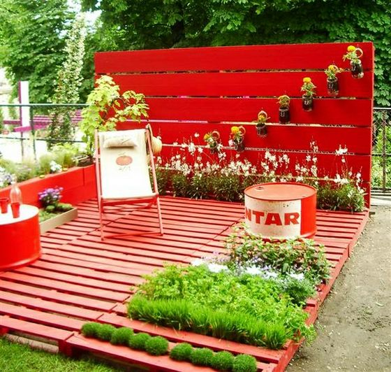 love the wall that was created with slats and planters...  what a great way to cover up cinder block walls