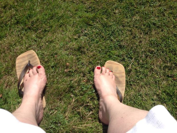 #pielfieat work but not a work! resting feet with a broken toe on london grass in the sunshine!