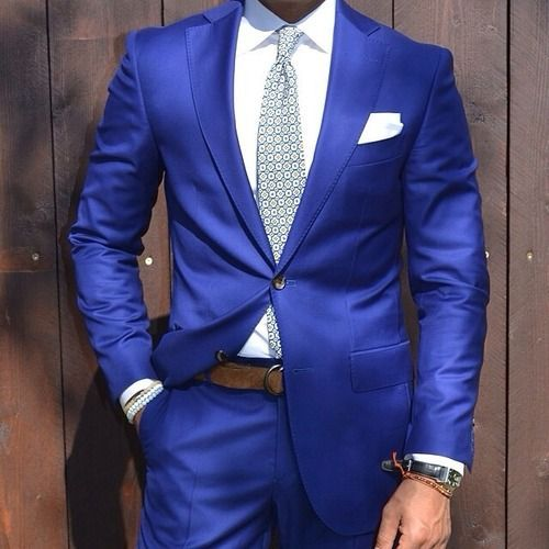 Combinación de traje azul eléctrico Cinto Marrón Corbata Gris Reloj Marrón
