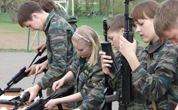 В ЛАБЫТНАНГИ СТАРТОВАЛА ВОЕННО-ПАТРИОТИЧЕСКАЯ СПАРТАКИАДА «ВО СЛАВУ ОТЕЧЕСТВА»   В Лабытнанги стартовала военно-патриотическая спартакиада «Во славу Отечества». В игре «Командарм», которая проводится уже 14-й раз, участвуют все школы муниципалитета. Как всегда в ее начале юнармейцы продемонстрировали свои навыки ходьбы строем. Кстати, маршировать ребят учили по настоящему воинскому уставу.  После этого участники игры прошли военное тестирование и «потягали» гири. Далее их ожидают испытания…