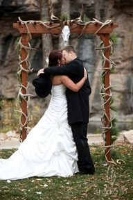 country wedding arch antlers but w/ a hog skull?
