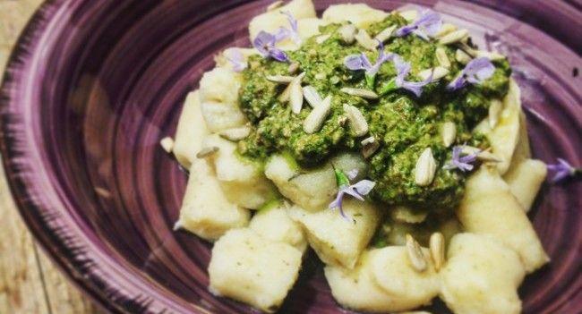 Gnocchi di patate e cannellini con pesto di foglie di barbabietola