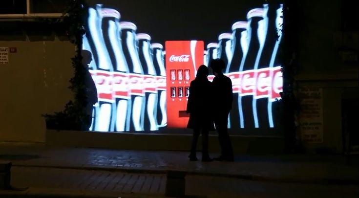 """""""カップルにしか見えない""""コカ・コーラの自動販売機     AdGang"""