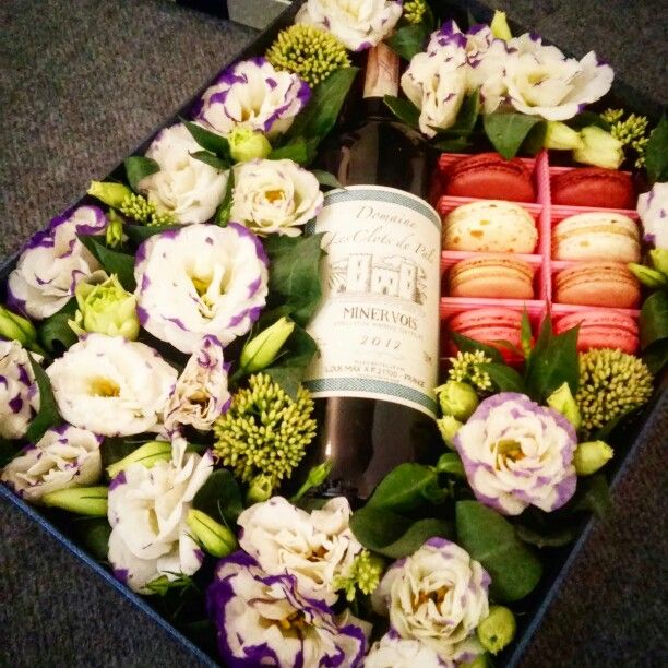 #box #macaron #flowers #vine #loveflowersbox коробочка с цветами и макарон сладостями Киев