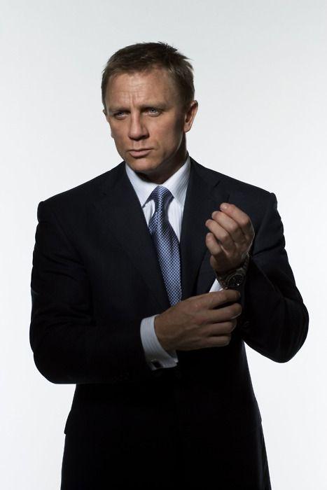 Daniel Craig wearing a black Tom Ford, and I love that sleek blue tie! Nice suit, Mr. Bond.