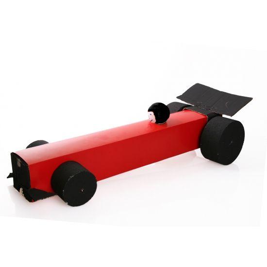 Formule 1 auto surprise maken pakket. Compleet basis bouwpakket om een Formule 1 wagen surpise te maken. Dit pakket bestaat uit de basismaterialen en instructies die u nodig heeft om een Formule 1 auto te knutselen van ongeveer 78 x 27 x 22 cm, zoals op de 1e afbeelding. Daarna kunt u de surpise naar eigen wens versieren en personaliseren. Extra nodig: - schaar - Hobbymesje - Plakband of tape - Lijm - Kwastjes voor het verven - De verzenddoos waar de spullen in geleverd worden - Oranje of…