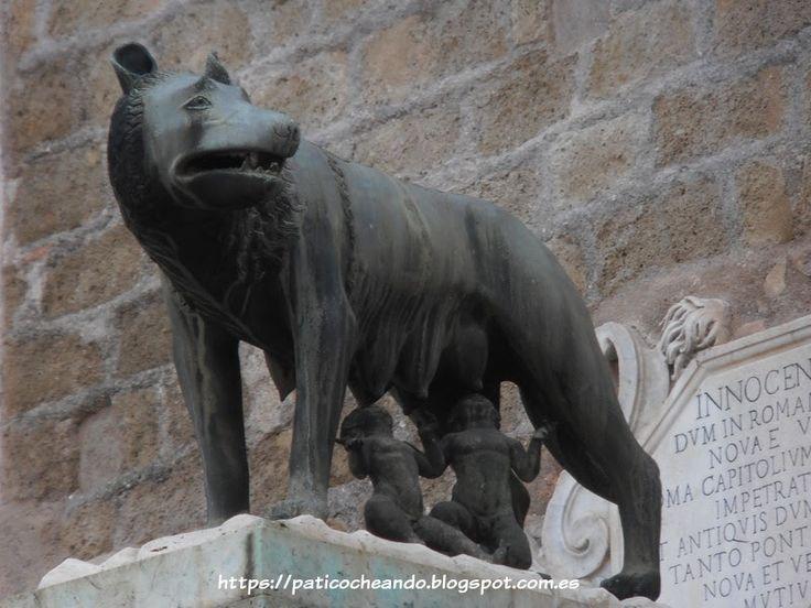 ROMA: a la salida de los Museos Capitolinos, réplica de la loba amamantando a Rómulo y Remo  (fundadores de la ciudad)