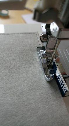 Für knappkantiges Nähen einfach ein Stück Karton knicken, unter den Nähfuß legen und das Nähgut daran entlang schieben.