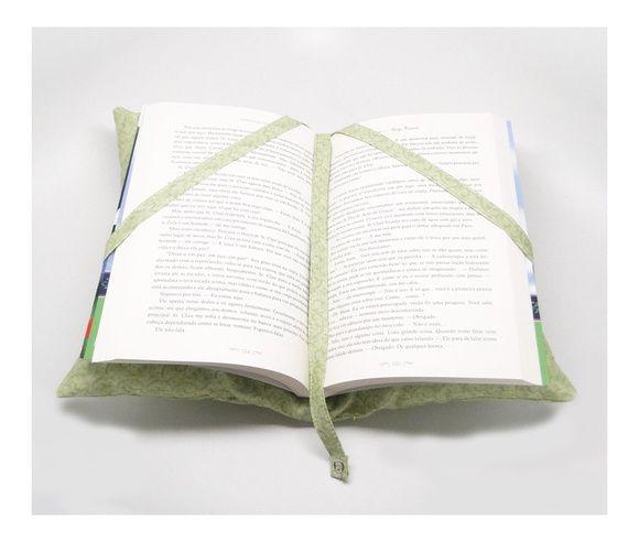Almofada porta livro, fofinha, com bolsinho para guardar caneta ou óculos de leitura. Com duas tiras de tecido para segurar o livro, além de uma tira no meio que funciona como marcador de página, presa por botão na parte inferior. Super útil e uma ótima opção de presente!