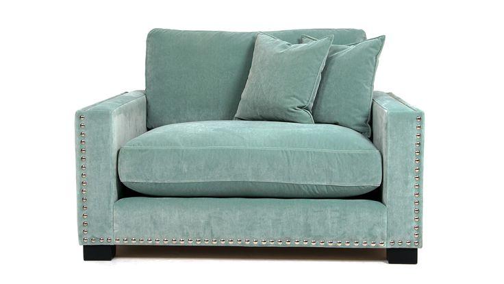 Mintgrön Valen loveseat fåtölj i sammet med nitar. Mint, grön, silver, djup, låg, rymlig, möbel, möbler, vardagsrum, inredning, dun.