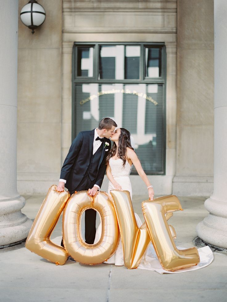 Make a statement with these Large Letter Balloons in your wedding photos! #balloons #wedding #letterballoons