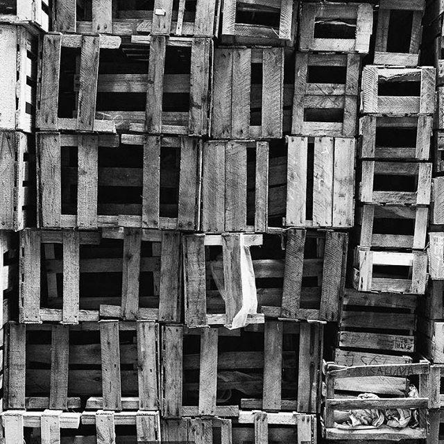 Caixotes da CADEG - Mercado Municipal do Rio de Janeiro #rio #021rio #nikond3300photography #nikon #registro_fotografico #rioetc #carioquissimo #vejario #rioeuamoeucuido #cariocandonorio #rio365 #ig_riodejaneiro_  #talentosfotográficosdoig #nikond3300 #pb #pretoebranco #streetphotography #euamopretoebranco #box #caixas #bw #blackandwhitephotography #streetshot #streetphoto #woods #benfica #cadeg #bwstreetphotography #pbmag #blackandwhite