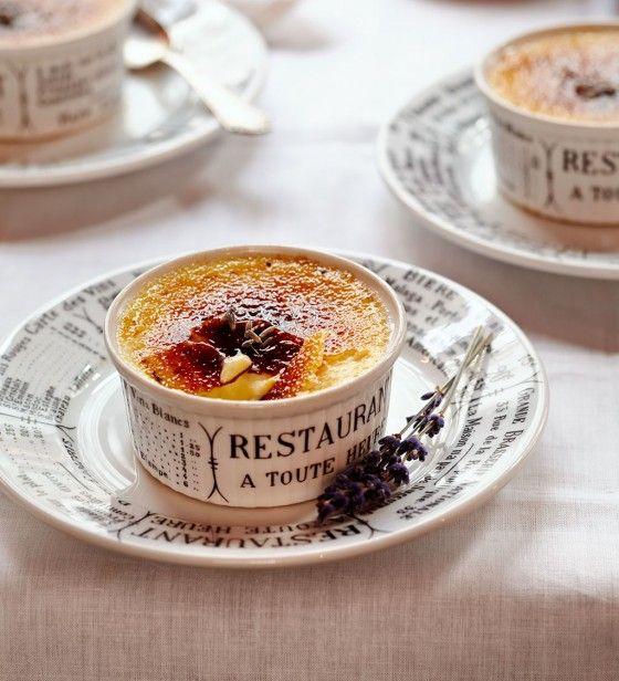 Den französischen Dessert-Klassiker Crème brûlée peppen wir mit Lavendel auf: Provence zum Vernaschen!