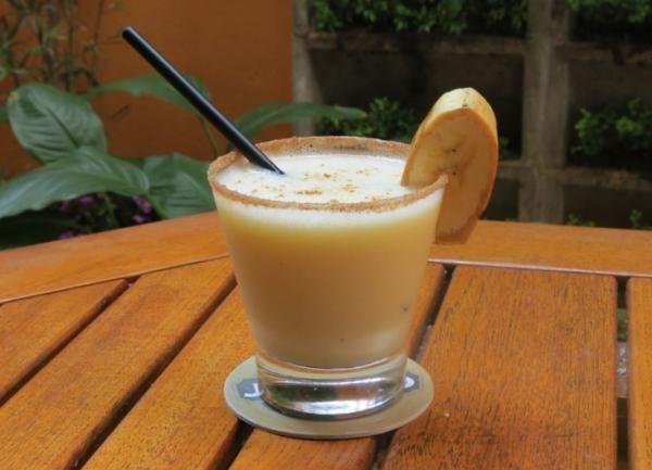 Aprenda a preparar caipirinha de banana com esta excelente e fácil receita. Apesar da banana não ser um fruta suculenta, também dá para preparar caipirinha com ela!...