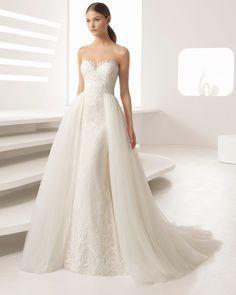 Vestido de novia corte recto de encaje pedrería, con escote corazón y sobrefalda de tul en color natural y nude. Colección 2018 Rosa Clará.
