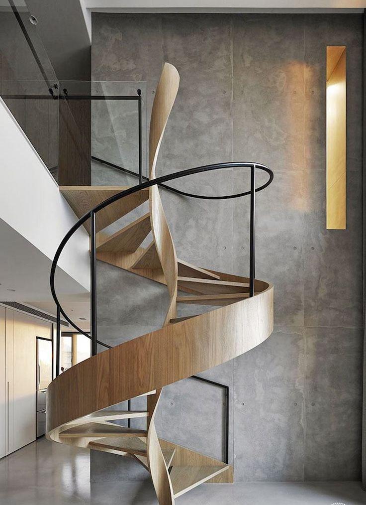 escaliers en colimaçon à marches en bois et main courante en métal