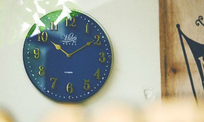 【楽天市場】壁掛け時計【Froyle [ フロイル ] 】掛け時計|ウォールクロック| 文字盤の前面にガラスを重ねた2層構造のデザイン時計。電波時計|北欧|おしゃれ|ネイビー|グリーン|グレー|シック|デザイン|おしゃれ [送料無料]:ヒナタデザイン