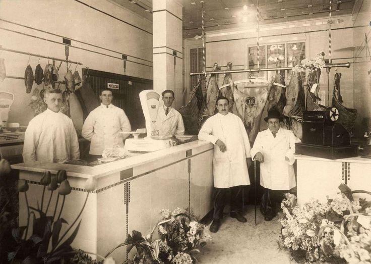 Interieur van slagerij Baruch in de van Noustraat 113 te Amsterdam, met het personeel in witte jassen rond de toonbank. Nederland, 1927.