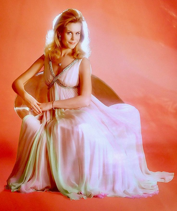 Elizabeth Montgomery as 'Samantha Stephens' in Bewitched ...