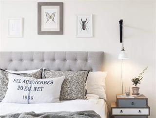 <span>Mysigt och ombonat sovrum. Säng, Carpe Diem, sänggavel, Furniturebox, lampa, Ikea, klädställning, Granit. Nattlinne, sängkläder och filt från Beach house company. Sängbord från Åhléns.</span>