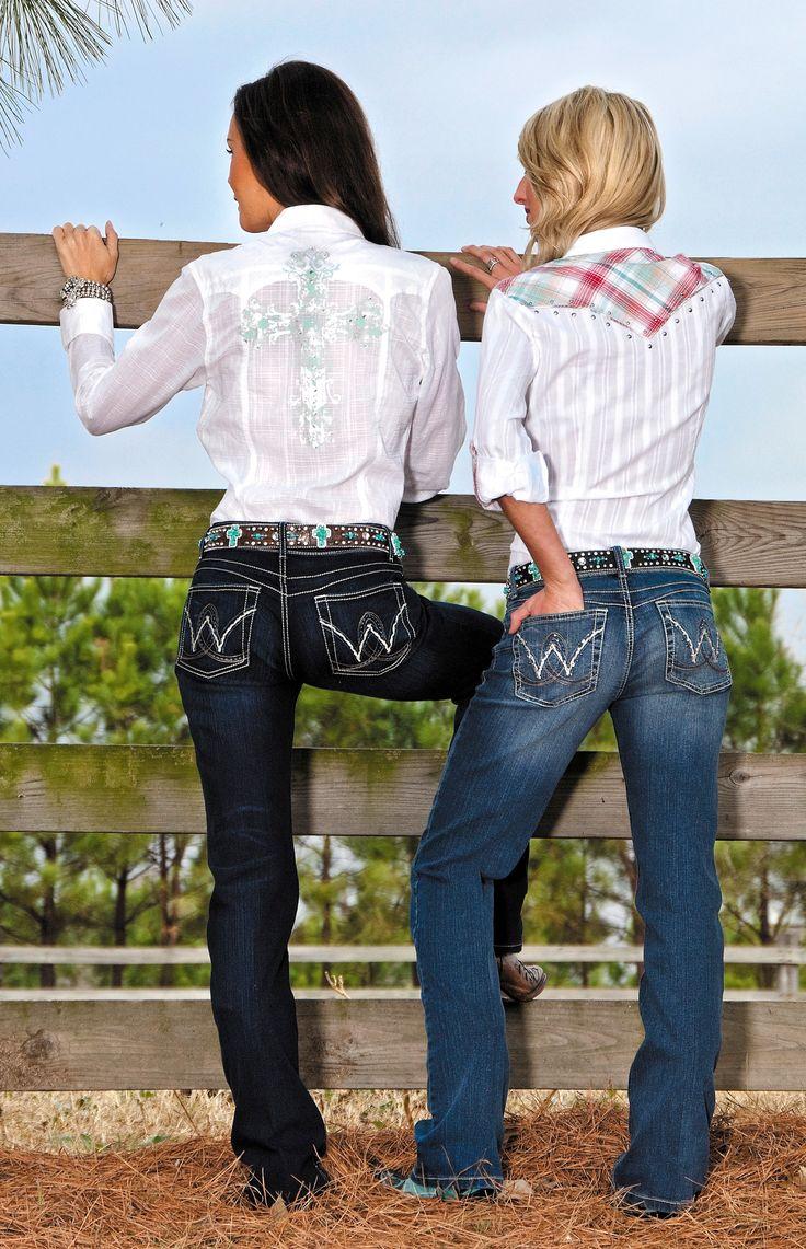 Spijkerbroek, witte bloes, een bandana om de nek, cowboy hoed erboven. Simpel maar doeltreffend