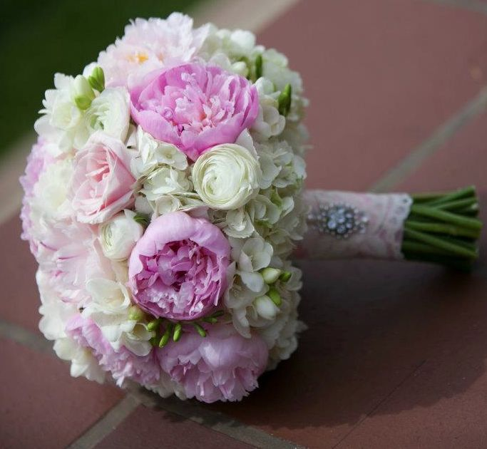 25 Chic Bridal Bouquet Inspiration (New!). To see more: http://www.modwedding.com/2014/08/06/25-chic-bridal-bouquet-inspiration-new/ #wedding #weddings #bouquet Featured Wedding Flower: Camellia Wedding Flowers; Featured Photographer: Weddings By Nathan
