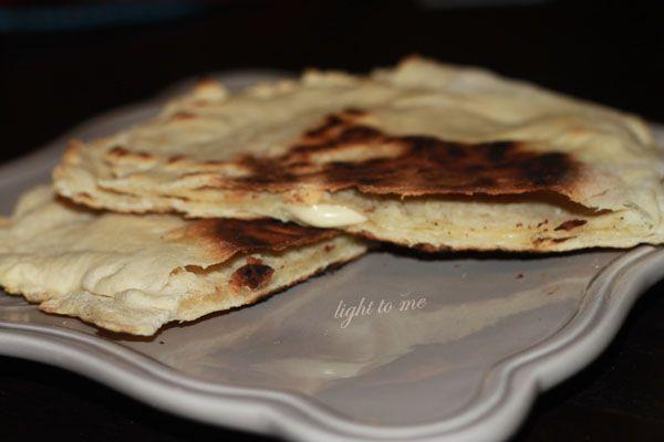 Ce midi, je me suis fait des naans au fromage très léger... Vous savez ces petits pains plats d'origine indienne et fourrées au fromage d'origine française (oui, il s'agit d'une invention française). Je n'avais pas vraiment prévu de poster la recette mais vu l'engouement sur ma page facebook