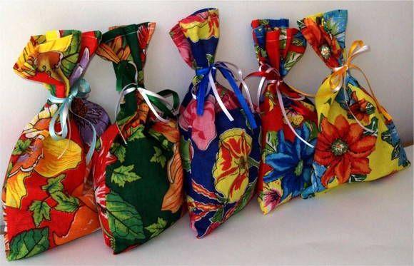 Saco confeccionado em tecido de chita, várias estampas <br>tamanho 20 larg x 25 alt <br>acompanha fita de cetim <br>podemos fabricar outros tamanhos, consulte
