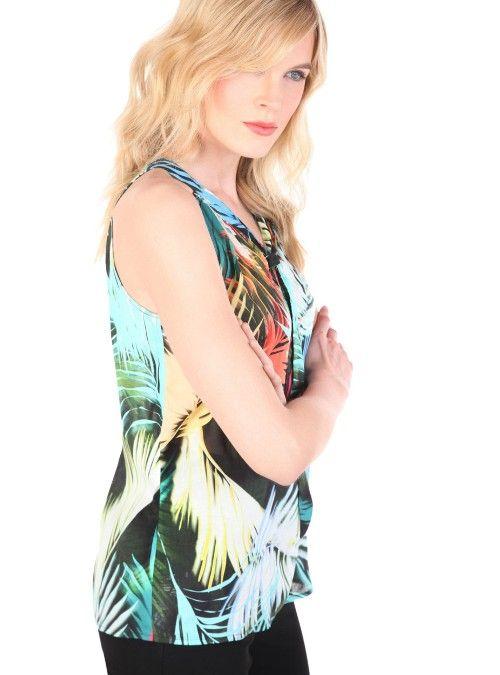 blusa halter relajada, escote redondo con abertura en v, frunces y una cinta de amarre al frente. confeccionada en un voile maxi estampado tropical.