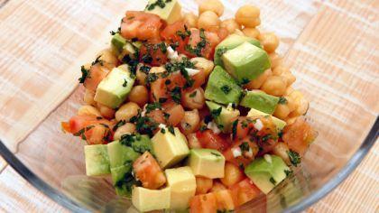 Receta de Ensalada de garbanzos, aguacate y tomate