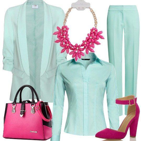 Lo stesso colore caratterizza i pantaloni di taglio classico, la camicia e il blazer lungo, al quale vengono abbinati accessori di un bel colore fuxia: le scarpe con cinturino alla caviglia e tacco a blocco, la borsa con inserti neri e una collana con fiori di cristallo.