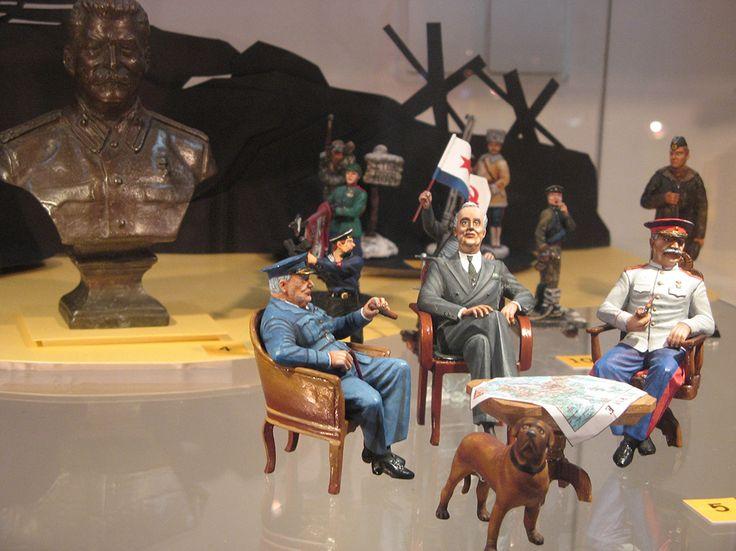 """Потрясает обилием деталей жанровая сценка, где Иосиф Виссарионович Сталин, Уинстон Черчилль и Франклин Рузвельт принимают судьбоносное решение на Тегеранской конференции. Мастерская """"Tin people"""""""
