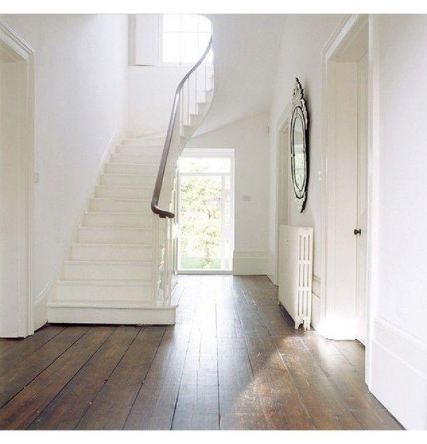 Mooie houten vloer met een witte trap