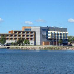 Kuressaaressa sijaitseva Georg Ots Spa Hotel tarjoaa mahdollisuuden kokea aitoa saarenmaalaista vieraanvaraisuutta tyylikkäässä ja modernissa ympäristössä. Georg Ots Spa sijaitsee Kuressaaren historiallisen piispanlinnan, pienvenesataman ja uimarannan välittömässä läheisyydessä. #eckeröline #viro #estonia #georgotssapahotel