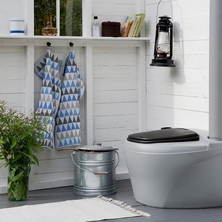 Kekkilä Tehokäymälä 230 L on lämpöeristetty kompostikäymälä, joka sopii tyylikkään muotoilunsa ansiosta mihin tahansa käymälärakennukseen.