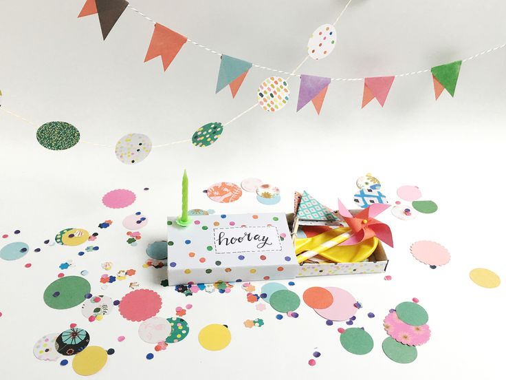 It's always nice to get a card on your birthday, but a mini-party package also brings a lot of cheer. Flow's editor – and designer at zuuz.nl – Ellen Nij Bijvank has made this box with confetti, bunting, a paper windmill and cake decorations, which can be sent as it's small enough to fit through the letterbox! And the best part? You can easily make it yourself, using the paper from the Flow Book for Paper Lovers.