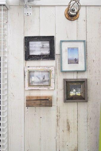 壁は洋館で使われていた古材にあえてペイントし、さらにエイジング加工を施した。写真の額縁もエイジングさせている。