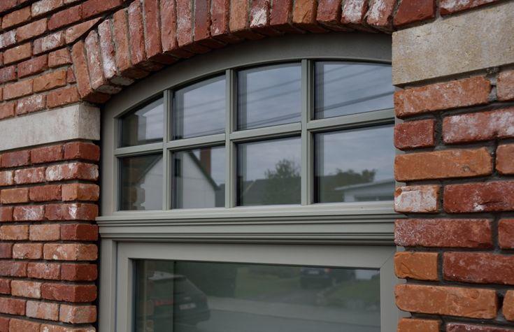 Gebogen ramen pvc grijs Materiaal: Schüco PVC SI82 Classic & Afrormosia Kleur: RAL7032 (Kiezelgrijs)