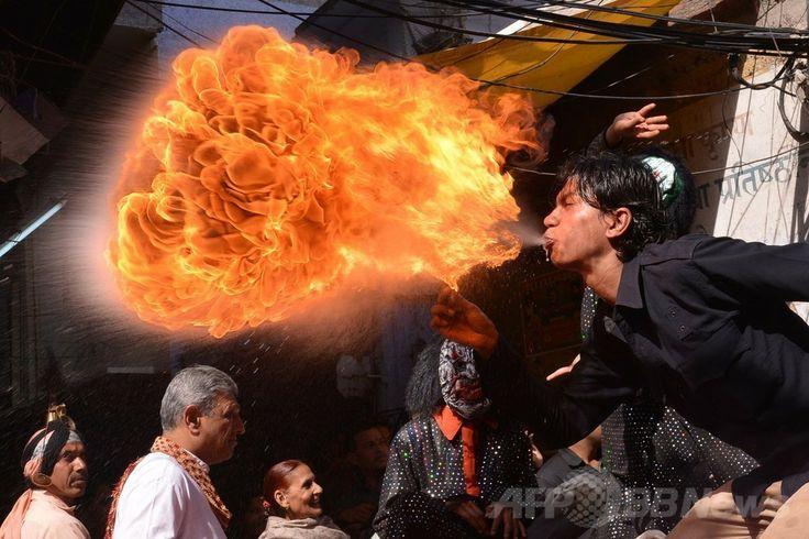インド北部アムリツァル(Amritsar)で、ヒンズー教の春の祭典「ホーリー(Holi)」を前に行われたパレードで、火を噴く男性(2014年3月12日撮影)。(c)AFP/NARINDER NANU ▼13Mar2014AFP|春はもうすぐ、お祭りムードのインド http://www.afpbb.com/articles/-/3010264 #India #Amritsar #Holi