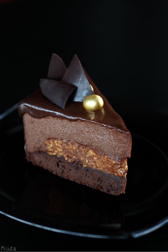 Chocolate mousse cake with almond praline (Torta mousse de chocolate com praliné de amêndoa)