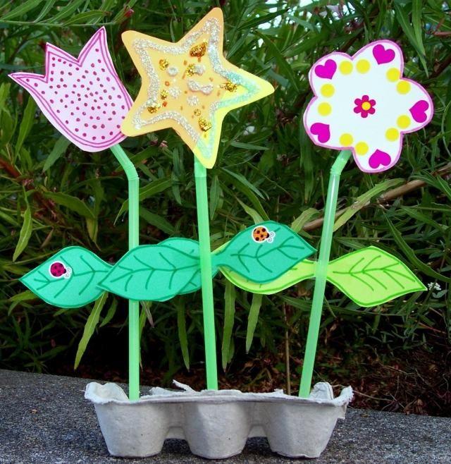 activités pour enfants: fleurs en pailles, papier et carton à oeufs