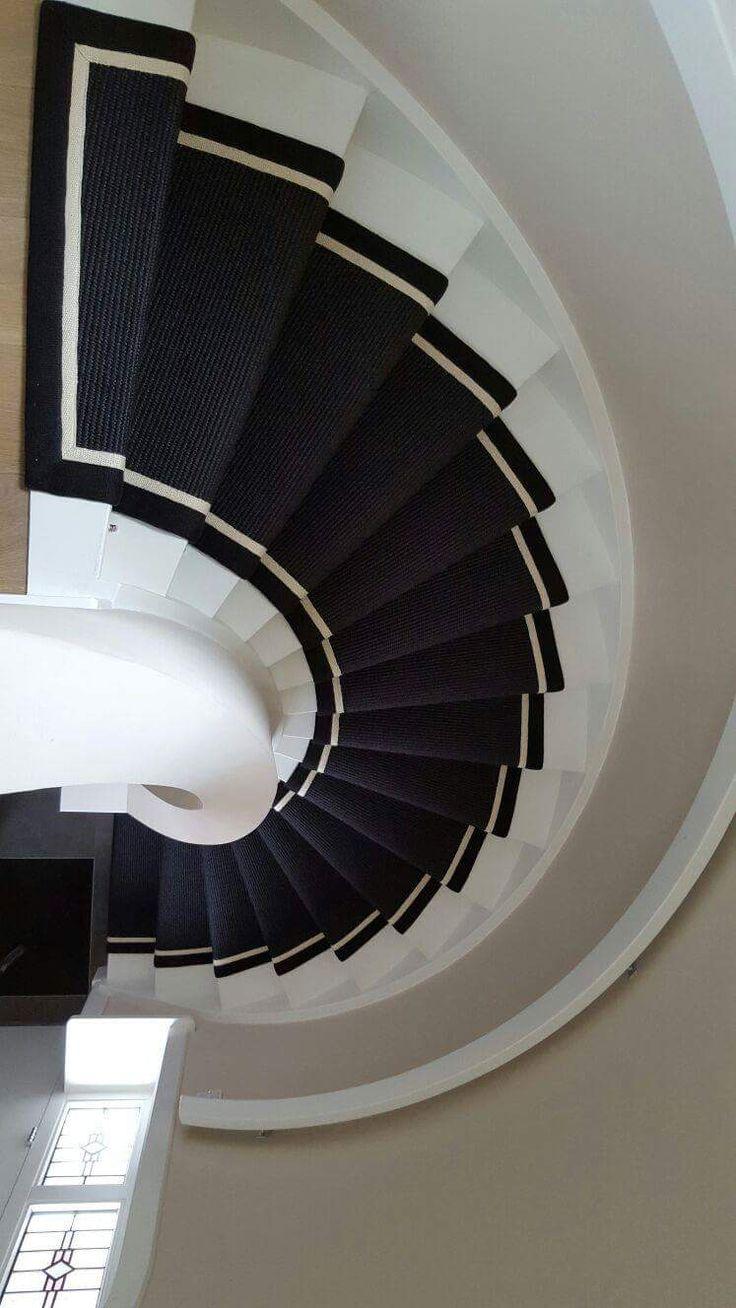 Een zwarte sisal loper op de trap.