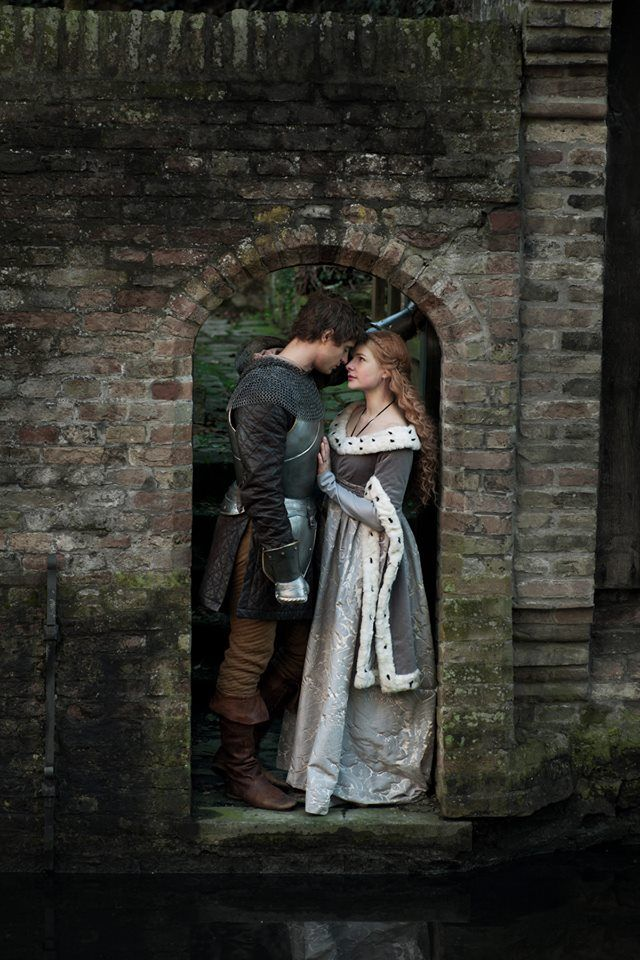 newsfrommycorneroftheblogosphere:  The White Queen will debut in the US on Saturday August 10 at 9pm ET/PT on the Starz channel. For UK viewers, the second episode in the series is on this Sunday on BBC1. Author Philippa Gregory announced it on her facebook page