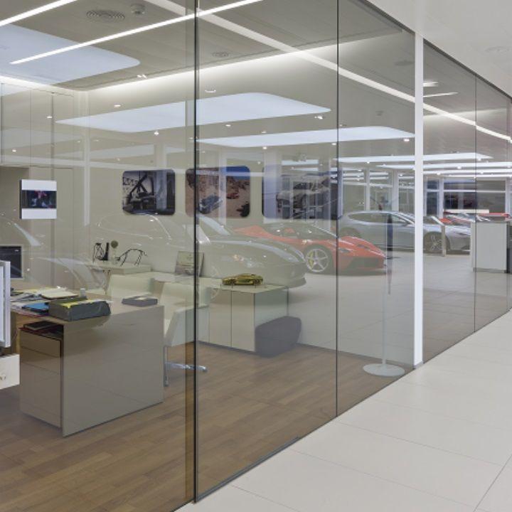 Festverglaste Raumabtrennung mit Glasschiebetüren Objekt Garage - wandverkleidung küche glas