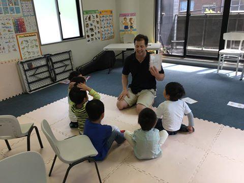 土曜日9時からの年長さんクラスのレッスンの様子です!この日は I can count〜! のフレーズを使って、動物の名前や数の練習をしました。また I can see 〜.のセンテンスで、教室内にあるものを一人ずつ言い当てていきました!元気な声が飛び交う楽しいレッスンでした!